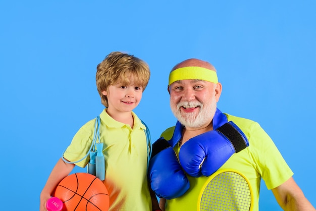 Дед и ребенок, занимающиеся семейным спортом вместе, семейный спортивный портрет здорового деда и
