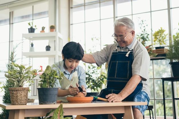 祖父の園芸と孫の世話をする植物