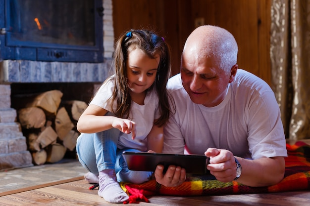 Grandfather and granddaughter using tablet | Photo: Freepik