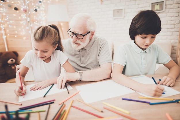 Дедушка играет со своими внуками