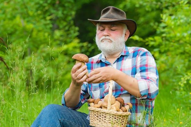 Дедушка с корзиной для охоты за грибами