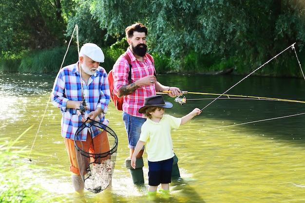 Дедушка с сыном и внуком веселятся на рыбалке