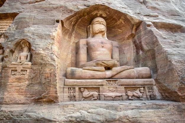 シッダンチャラグワリエルのジャイナ教の壮大なモノリシックな岩窟像とモニュメント。マディヤプラデーシュ州、インド