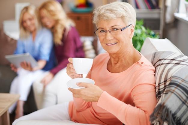 Бабушка всегда счастлива, пока семья навещает ее дома