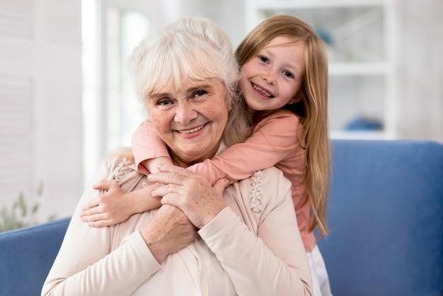 Бабушка и девочка обнимаются