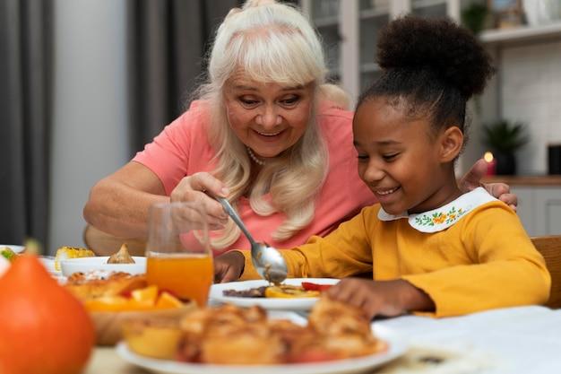 感謝祭を祝うおばあちゃんと孫娘