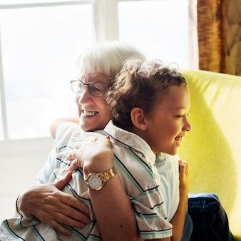 社会的距離の後に抱き締めるおばあちゃんと孫
