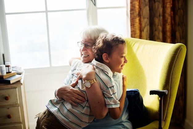 おばあちゃんと一緒に抱き合っている孫