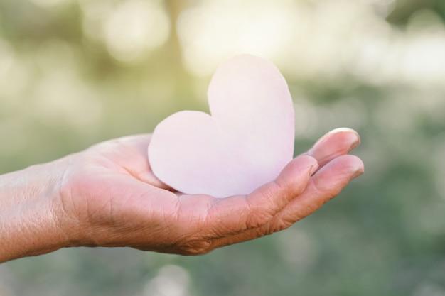 Бабушка в руке держит сердце