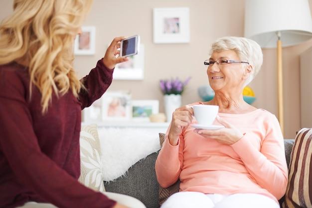 おばあちゃんの笑顔!私はあなたに写真を撮っています