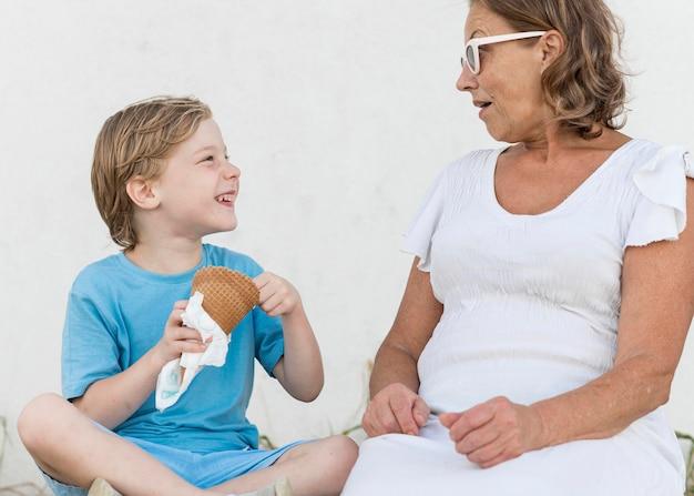 Nonna e figlio con gelato