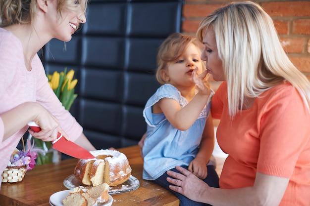 할머니, 엄마가 만든 맛있는 케이크를 먹어봐