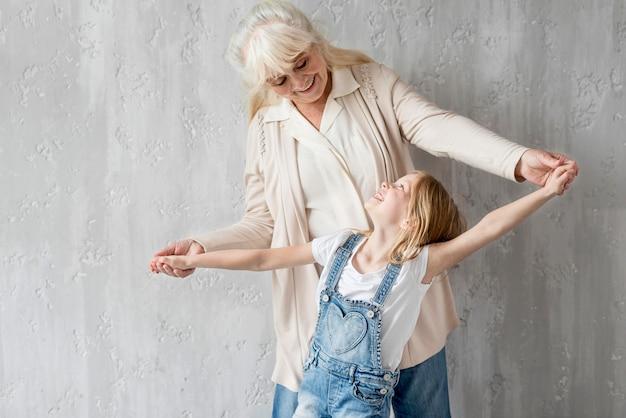 お互いを見ている少女とおばあちゃん