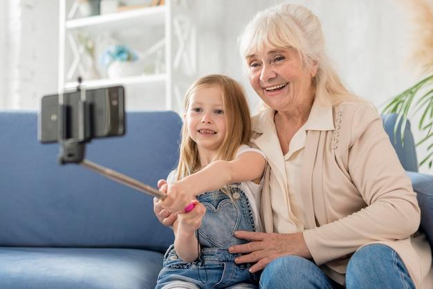 祖母と少女の自分撮りを自宅で