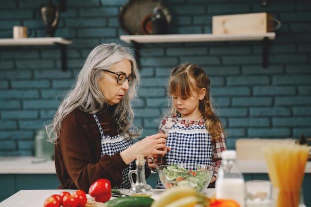 祖母と孫が一緒に料理をする