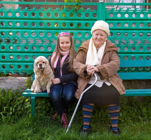 할머니와 손자는 벤치에 앉아