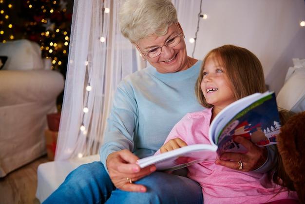할머니와 손녀 침실에서 재미