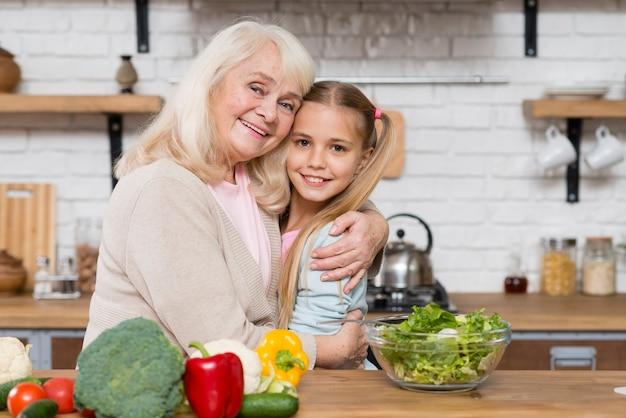 祖母と孫娘がお互いをハグ