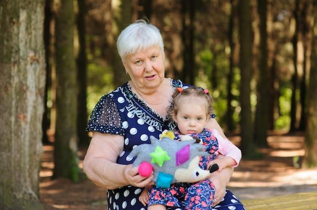 祖母と孫娘が公園を散歩
