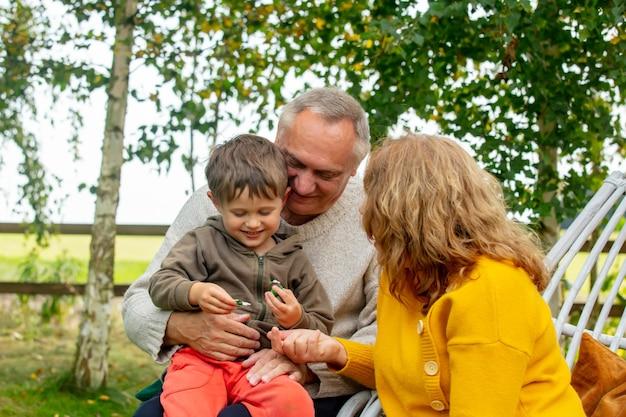 가을 정원에서 손자와 할머니와 할아버지