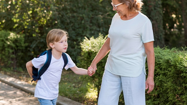 Бабушка и ребенок в парке