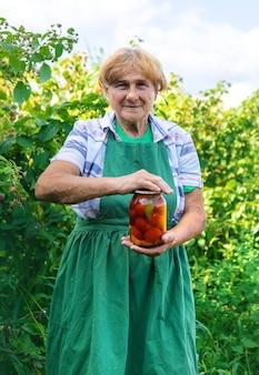 冬のトマト缶詰の祖母。セレクティブフォーカス。