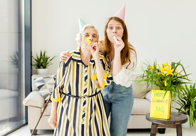 Бабушка празднует с внучкой