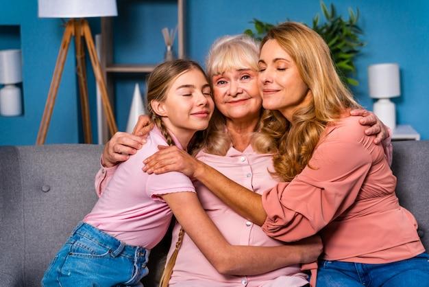 祖母、娘、孫が家で一緒に、幸せな家庭生活の瞬間