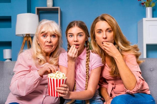 Бабушка, дочь и внук вместе дома