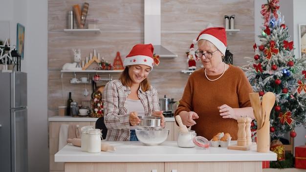 伝統的なデザート生地を作る人を説明する祖母