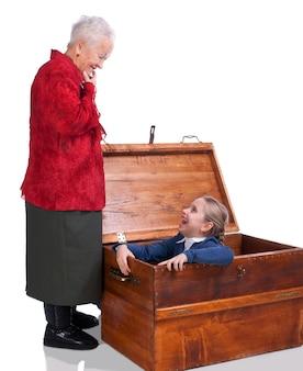 할머니는 흰색 바탕에 가슴에서 손녀를 발견했습니다.