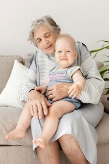 孫を抱いて幸せな祖母