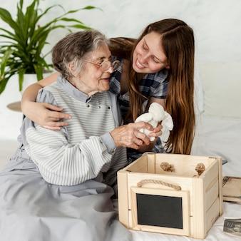 Бабушка с удовольствием проводит время с семьей