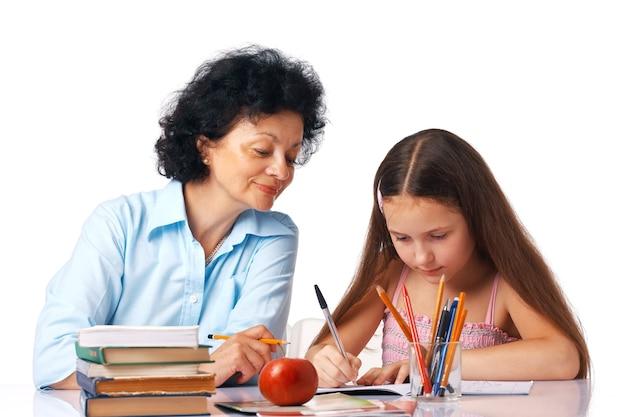 그녀의 숙제와 그녀의 손녀를 돕는 할머니
