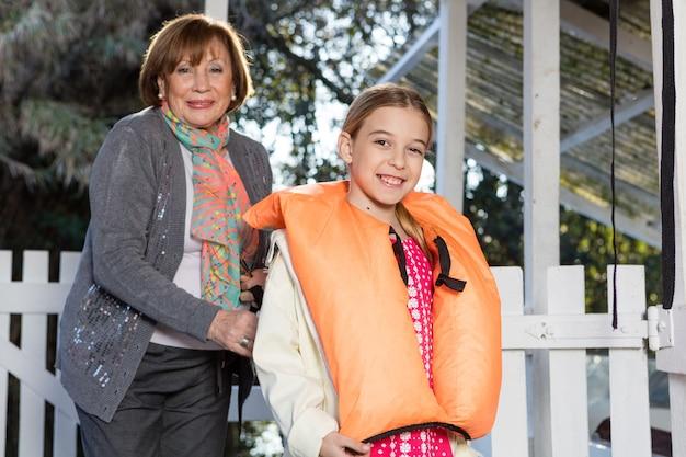 ライフジャケットと彼女の幸せな孫娘を助け祖母