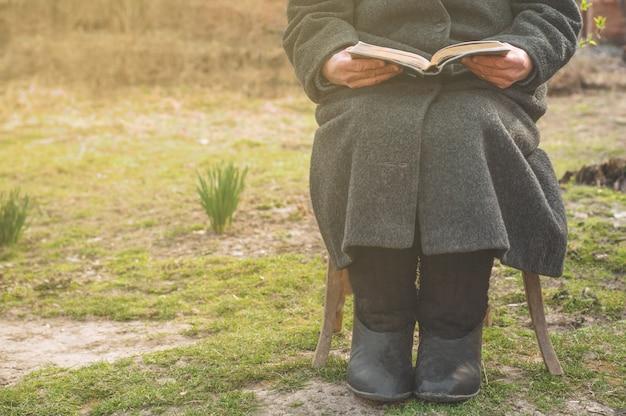 祖母は聖書を読みます。神のことを考える
