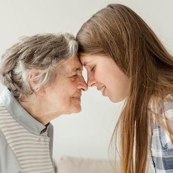Бабушка проводит время с семьей