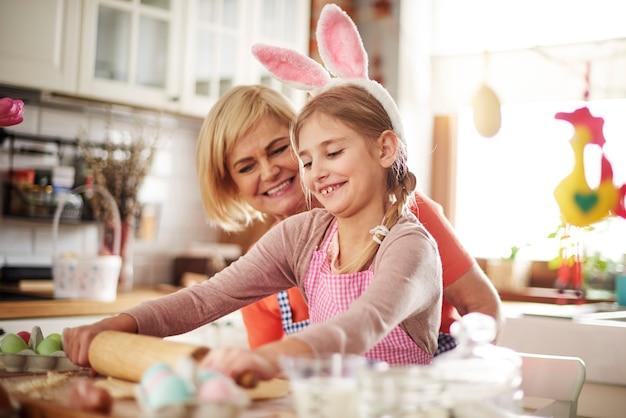 ペストリーの作り方を教える祖母