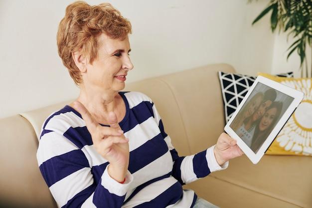 Бабушка видео звонит своей семье