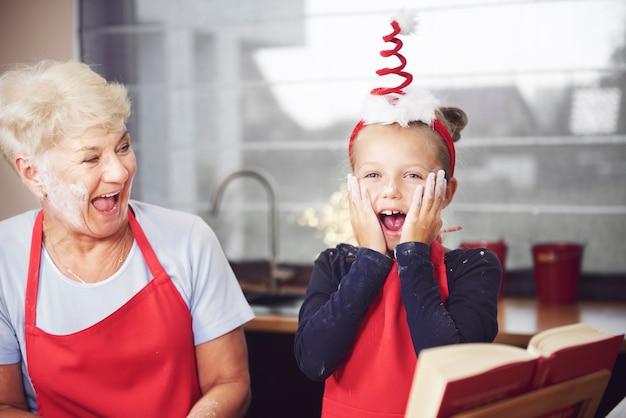Nonna con bambino che si diverte