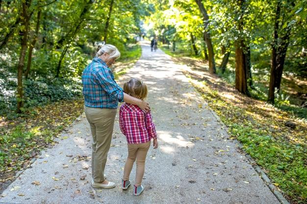 公園で孫と祖母