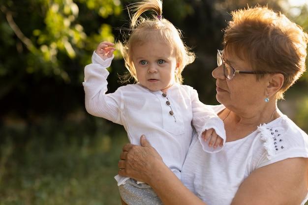 自然の中で彼女の孫娘と祖母