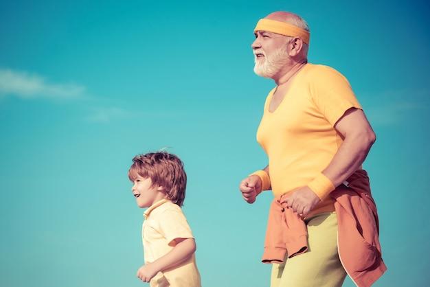 Дедушка и ребенок спортсменов, бег на открытом воздухе