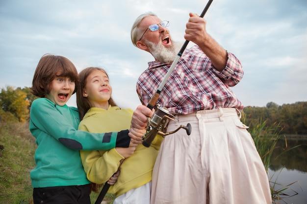 할아버지와 그의 두 손자 낚시