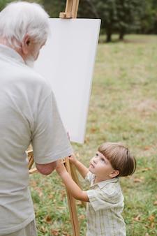 Pittura del nonno e nipote a guardare
