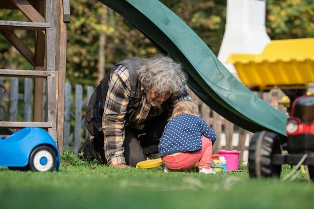 Дедушка играет со своей внучкой
