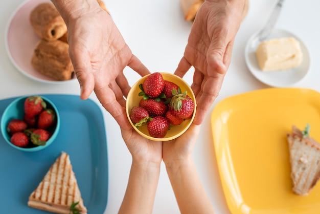 조부모와 아이 들고 그릇