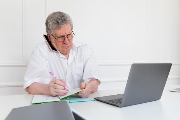 Дедушка и бабушка учатся пользоваться цифровым устройством