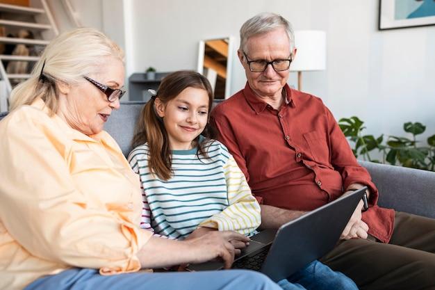 Бабушка и дедушка и девушка с ноутбуком