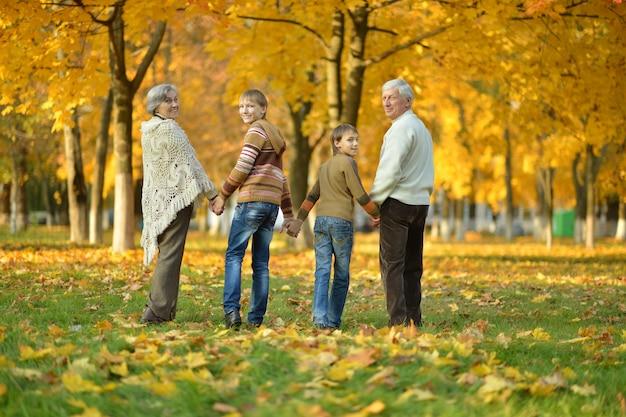 祖父母と孫が秋の公園で一緒に
